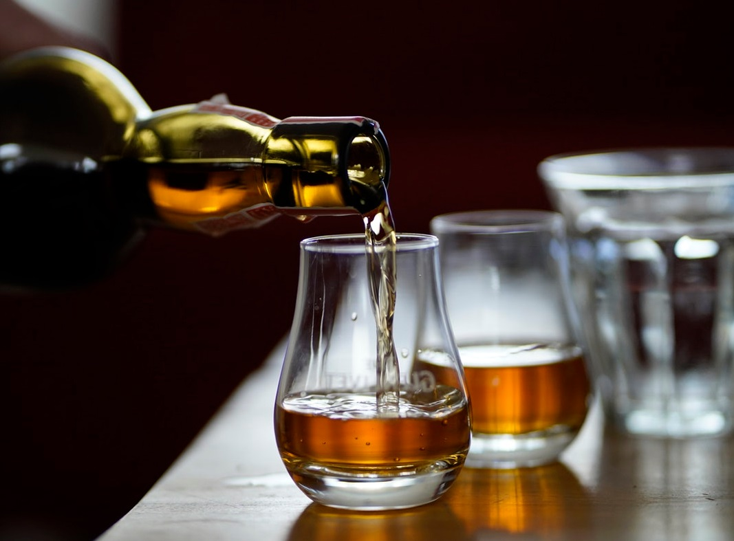 Verre et bouteille de whisky